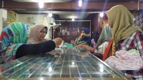 Συναλλαγή στο κατάστημα κοσμήματος Πώληση και εξυπηρέτηση πελατών στο κατάστημα στοκ φωτογραφία