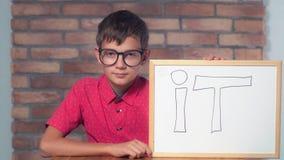 Συνεδρίαση παιδιών στην εκμετάλλευση γραφείων flipchart με να γράψει το επάνω στοκ φωτογραφία με δικαίωμα ελεύθερης χρήσης