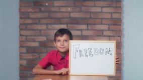 Συνεδρίαση παιδιών στην εκμετάλλευση γραφείων flipchart με την εγγραφή που ελευθερώνεται στοκ φωτογραφία με δικαίωμα ελεύθερης χρήσης