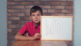 Συνεδρίαση παιδιών στην εκμετάλλευση γραφείων flipchart με την εγγραφή nop ο στοκ εικόνες με δικαίωμα ελεύθερης χρήσης