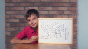 Συνεδρίαση παιδιών στην εκμετάλλευση γραφείων flipchart με το γράφοντας προσωπικό στοκ εικόνες