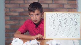 Συνεδρίαση παιδιών στην εκμετάλλευση γραφείων flipchart με το λάθος εγγραφής στοκ εικόνα