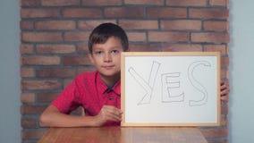 Συνεδρίαση παιδιών στην εκμετάλλευση γραφείων flipchart με το yea ο εγγραφής στοκ εικόνα με δικαίωμα ελεύθερης χρήσης
