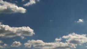 ΣΥΝΝΕΦΑ, αυξομειούμενο χνουδωτό άσπρο υπόβαθρο κινήσεων χρονικού σφάλματος μπλε ουρανού σύννεφων Φωτεινό σύννεφο σύννεφων μπλε ου φιλμ μικρού μήκους