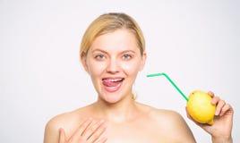 Συνταγή λεμονάδας χωρίς συμπληρώματα Αισθανθείτε το πραγματικό γούστο Υγιής τρόπος ζωής και οργανική διατροφή Ποτό βιταμινών λεμο στοκ εικόνες με δικαίωμα ελεύθερης χρήσης