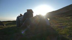 Συσκευασίες με τα σκουπίδια σε μια βουνοπλαγιά Carpathians σε 4k απόθεμα βίντεο