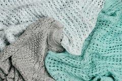 Συσσωρευμένα μοντέρνα πλεκτά χρωματισμένα κρητιδογραφία πουλόβερ Knitwear εποχής χειμώνα και άνοιξης ιματισμός στοκ εικόνα με δικαίωμα ελεύθερης χρήσης