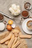 Συστατικά για το tiramisu μαγειρέματος - μπισκότα, mascarpone, κρέμα, ζάχαρη, κακάο, καφές και αυγό μπισκότων Savoiardi στοκ εικόνες