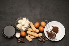 Συστατικά για το tiramisu μαγειρέματος - μπισκότα, mascarpone, κρέμα, ζάχαρη, κακάο, καφές και αυγό μπισκότων Savoiardi στοκ εικόνα με δικαίωμα ελεύθερης χρήσης