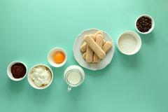 Συστατικά για το tiramisu μαγειρέματος: μπισκότα Savoiardi, Ladyfinger, μπισκότο, mascarpone, κρέμα, ζάχαρη, κακάο, καφές δάχτυλω στοκ φωτογραφίες