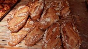 Σωρός του πρόσφατα ψημένου ψωμιού στο αρτοποιείο απόθεμα βίντεο