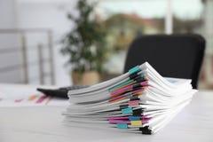 Σωρός των εγγράφων με τους συνδετήρες εγγράφου στον πίνακα γραφείων στοκ εικόνες με δικαίωμα ελεύθερης χρήσης