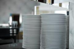 Σωρός των καθαρών άσπρων πιάτων σε ένα εστιατόριο Το γεγονός προετοιμάζει τις λεπτομέρειες στοκ εικόνες