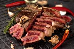 Σπάνιο βόειου κρέατος μπριζόλας σκόρδο δεντρολιβάνου Porterhouse αλατισμένο στοκ εικόνες