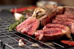 Σπάνιο τεμαχισμένο βόειο κρέας πιπέρι δεντρολιβάνου μπριζόλας αλατισμένο στοκ εικόνες με δικαίωμα ελεύθερης χρήσης