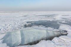 Σπάσιμο του πάγου στον ποταμό, δεξαμενή Ob, Σιβηρία, Ρωσία στοκ εικόνες με δικαίωμα ελεύθερης χρήσης