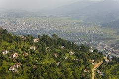 Σπίτια στη βουνοπλαγιά με τους πράσινους τομείς ρυζιού στο υπόβαθρο της πόλης σε μια κοιλάδα βουνών στοκ φωτογραφίες με δικαίωμα ελεύθερης χρήσης