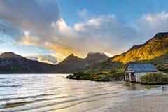 Σπίτι βαρκών της Τασμανίας Αυστραλία βουνών λίκνων λιμνών περιστεριών στοκ φωτογραφίες
