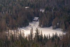 Σπίτι που περιβάλλεται από τα δέντρα πεύκων σε Val Δαβίδ στοκ φωτογραφίες με δικαίωμα ελεύθερης χρήσης