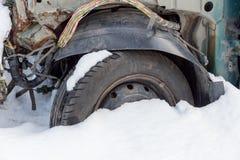 Σπασμένο αυτοκίνητο με τα ηλεκτρικά καλώδια στοκ εικόνα