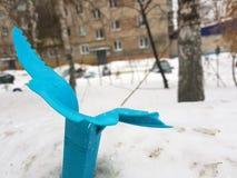Σπασμένο τρύγος σκουπιδοτενεκές στο χιόνι στοκ εικόνες