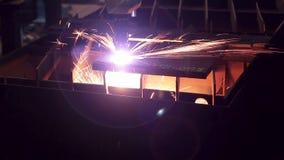 Σπινθήρας και μέταλλο, μηχανή στην εργασία απόθεμα βίντεο