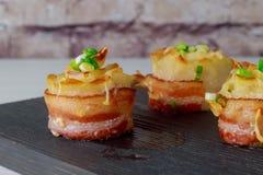 Σπιτικά αυθεντικά υγιή μπέϊκον τηγανιτών πατατών πατατών εύγευστα χρυσά και γεύμα ορεκτικών τυριών στοκ φωτογραφία