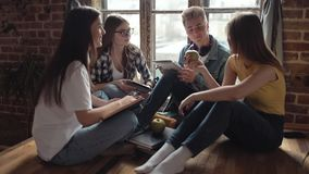 Σπουδαστές που έχουν την ομαδική εργασία σε ένα πρόγραμμα απόθεμα βίντεο