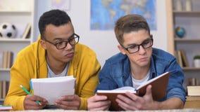 Σπουδαστές που ενδιαφέρονται πολυφυλετικοί με τις πληροφορίες γραπτές για το βιβλίο που προετοιμάζει το δοκίμιο απόθεμα βίντεο