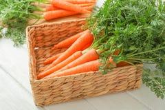 Ψάθινο καλάθι με τα ώριμα καρότα στοκ εικόνες με δικαίωμα ελεύθερης χρήσης