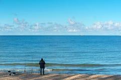 Ψαράς από τη θάλασσα, διάφορες ράβδοι αλιείας από έναν ψαρά στοκ εικόνες με δικαίωμα ελεύθερης χρήσης