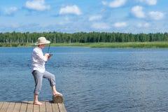 Ψαράς στα ψάρια τραπεζών στην περιστροφή στον ποταμό στοκ εικόνες