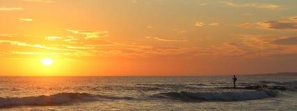 Ψαράς στο ηλιοβασίλεμα στοκ εικόνες