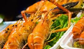 Ψημένα στη σχάρα γαρίδες και έγκαυμα με τις σάλτσες θαλασσινών, ψημένες γαρίδες στη σχάρα στοκ φωτογραφίες