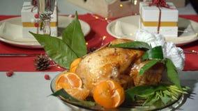 Ψημένο κοτόπουλο με tangerines απόθεμα βίντεο