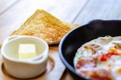 Ψωμί και πρόγευμα μεταλλικού θόρυβου στον πίνακα στοκ εικόνες