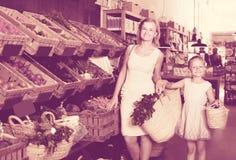 """ï"""" ¿- klanten die groenten kiezen Royalty-vrije Stock Foto's"""