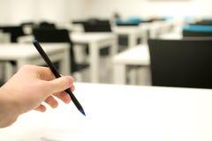 Τάξη κενή Μάνδρα εκμετάλλευσης γυμνασίου ή φοιτητών πανεπιστημίου που γράφει στο φύλλο απάντησης εγγράφου στοκ εικόνα με δικαίωμα ελεύθερης χρήσης