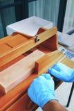 Τέμνον σπιτικό σαπούνι με τον ξύλινο κόπτη σαπουνιών στοκ εικόνες με δικαίωμα ελεύθερης χρήσης