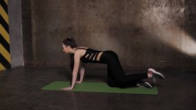 Τέντωμα στη γυμναστική σε ένα χαλί γιόγκας φιλμ μικρού μήκους
