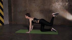 Τέντωμα στη γυμναστική σε ένα χαλί γιόγκας απόθεμα βίντεο