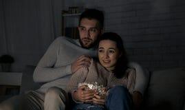 Ταινία φρίκης προσοχής ζεύγους αργά τη νύχτα στοκ φωτογραφίες με δικαίωμα ελεύθερης χρήσης