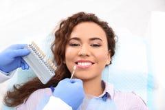 Ταιριάζοντας με χρώμα δοντιών του ασθενή οδοντιάτρων με την παλέτα στοκ φωτογραφία με δικαίωμα ελεύθερης χρήσης