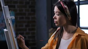 Ταλαντούχος γυναίκα ζωγράφος με προσήλωση που σύρει την εικόνα απόθεμα βίντεο