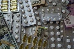 Ταμπλέτες και χρήματα που διαδίδονται έξω χαοτικά στοκ φωτογραφίες