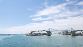 Ταξίδι βαρκών στο λιμάνι της Βαρκελώνης Άποψη θάλασσας σχετικά με το τερματικό και το σκάφος της γραμμής λιμένων κρουαζιέρας απόθεμα βίντεο