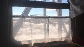 Ταξίδι ταξιδιών τραίνων έννοιας άποψη όμορφη από το παράθυρο ενός κινούμενου χειμώνα της Ρωσίας σιδηροδρόμων τραίνων Εσωτερικό μέ απόθεμα βίντεο