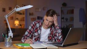 Ταραγμένος σπουδαστής εφήβων που έχει τις δυσκολίες με την ανάθεση math, προετοιμασία δοκιμής απόθεμα βίντεο