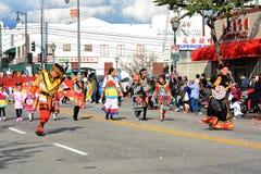 Ταϊλανδικοί χορευτές στο ζωηρόχρωμο παραδοσιακό κοστούμι στη χρυσή παρέλαση δράκων, που γιορτάζει το κινεζικό νέο έτος στοκ φωτογραφία