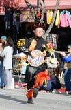 Ταϊλανδικός μουσικός στο cloorful παραδοσιακό κοστούμι στη χρυσή παρέλαση δράκων, που γιορτάζει το κινεζικό νέο έτος στοκ εικόνες με δικαίωμα ελεύθερης χρήσης